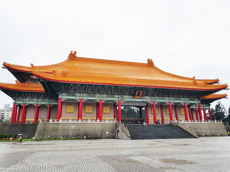 Taipei Taiwan - Oktober 12, 2018: Den nationella teatern och den nationella konserthallen p? Chiang Kai Shek den minnes- korridor arkivfoton