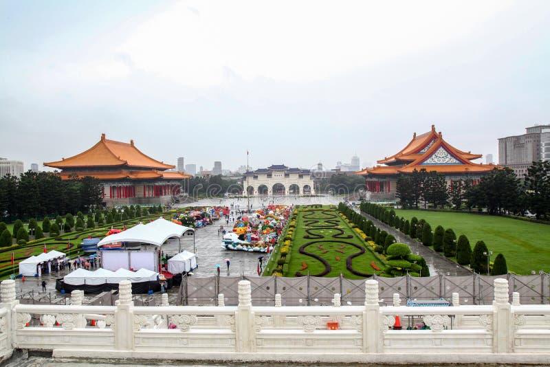 Taipei Taiwan - Oktober 12, 2018: Den nationella teatern och den nationella konserthallen p? Chiang Kai Shek den minnes- korridor arkivbilder