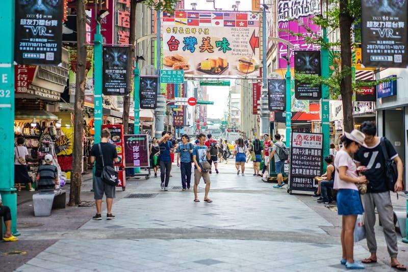 Taipei TAIWAN - 2 Oktober, 2017: Det lokala taiwanesiska folket & turister gick omkring i Ximending område, den berömda marknaden royaltyfria bilder