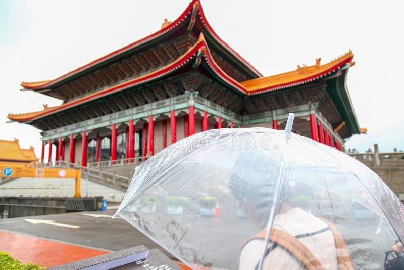 Taipei Taiwan - Oktober 12, 2018: Folket besöker den nationella teatern och den nationella konserthallen på Chiang Kai Shek den m royaltyfria bilder