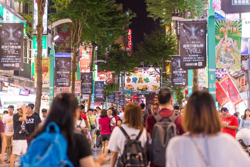 TAIPEI TAIWAN - OKTOBER 7,2017: Folkmassan av folk som shoppar i Ximending, marknadsför arkivfoto
