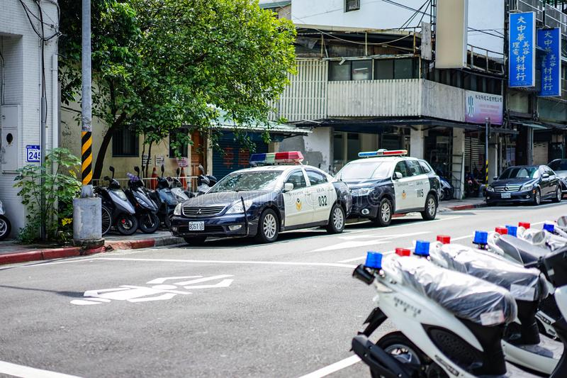 Taipei TAIWAN - 3 Oktober, 2017: Taiwan polisbilar och motocycle parkerade bredvid gatan nära polisstation De ordnar till till royaltyfria foton