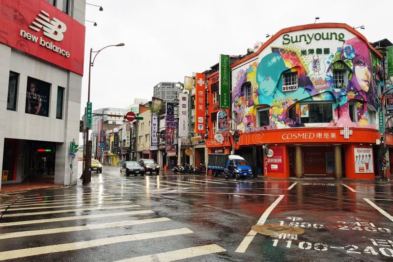 Taipei Taiwan-Oktober 11, 2018: Ximending nattmarknad det mest berömd i taiwan folkbesök i morgon och rainny dag royaltyfri fotografi