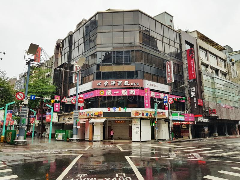Taipei Taiwan-Oktober 11, 2018: Ximending nattmarknad det mest berömd i taiwan folkbesök i morgon och rainny dag arkivfoton