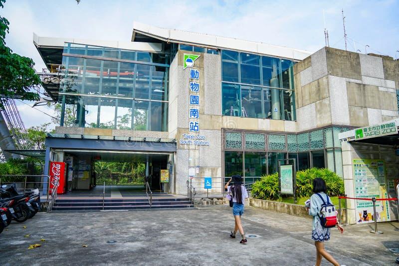 Taipei, TAIWAN - 3 ottobre 2017: Gli adolescenti del viaggiatore hanno visitato la gondola di Maokong, alla stazione del sud dell fotografia stock libera da diritti