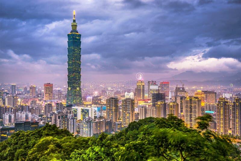Taipei, Tajwańska w centrum linia horyzontu przy półmrokiem fotografia stock