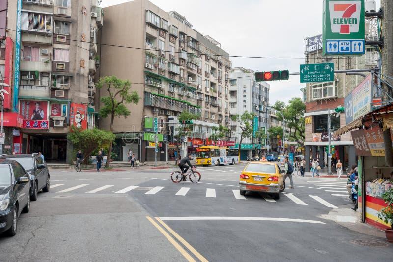 TAIPEI TAJWAN, LISTOPAD, - 30, 2016: Taipei ulica w jeden przedmieście, okręg Sklepy i ludzie architektoniczny piękny błękit domu zdjęcia stock