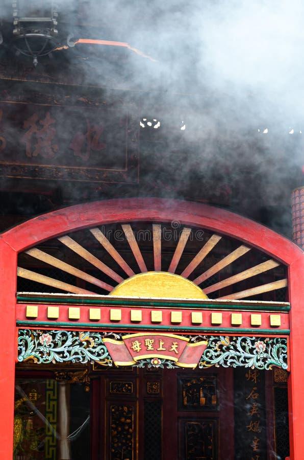 Taipei Tajwan, Maj, - 13th 2017: Czerwona wejściowa brama z dymną chmurą w nad Buddyjska Longshan świątynia Świątynia dla Chiński obrazy royalty free