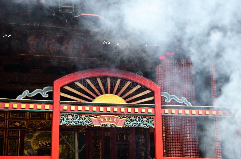 Taipei Tajwan, Maj, - 13th 2017: Dymna chmura od kadzidła wtyka nad czerwonym wejściem w zadziwiać Lungshan świątynię w Taipei, T obraz royalty free