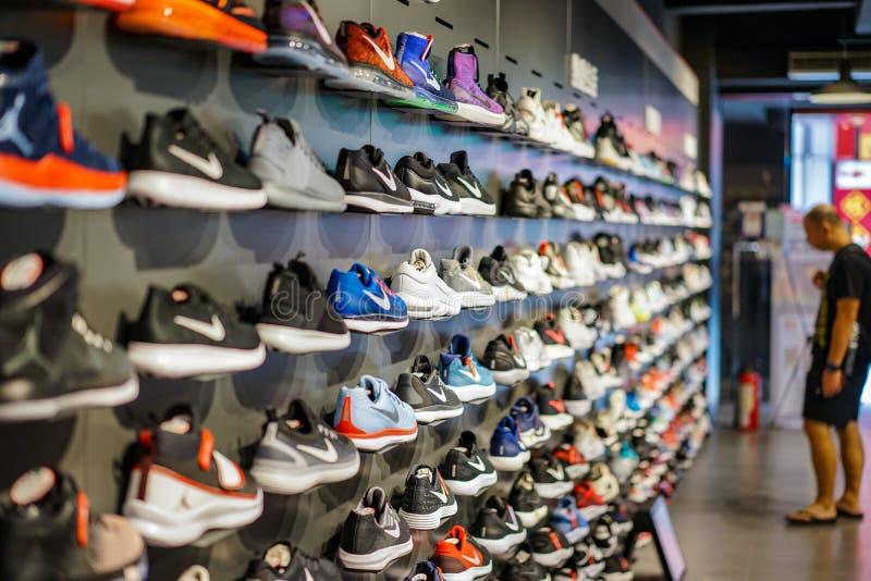 Taipei, TAJWAN - 2 Oct, 2017: Miejscowy Nike robi zakupy w Taipei, Tajwan, pokazy bawi się buty na półce dla sprzedaży, Taipei, T zdjęcia royalty free