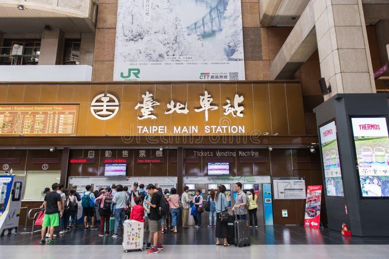 TAIPEI TAJWAN, PAŹDZIERNIK, - 7,2017: Kuluarowy widok Taipei Główna stacja, pasażer i bileta automat w Taipei, fotografia stock