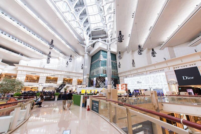 TAIPEI, TIWAN - OUTUBRO 7,2017: A vista interior dentro do shopping de Taipei 101 é um arranha-céus supertall do marco em Xinyi D fotografia de stock