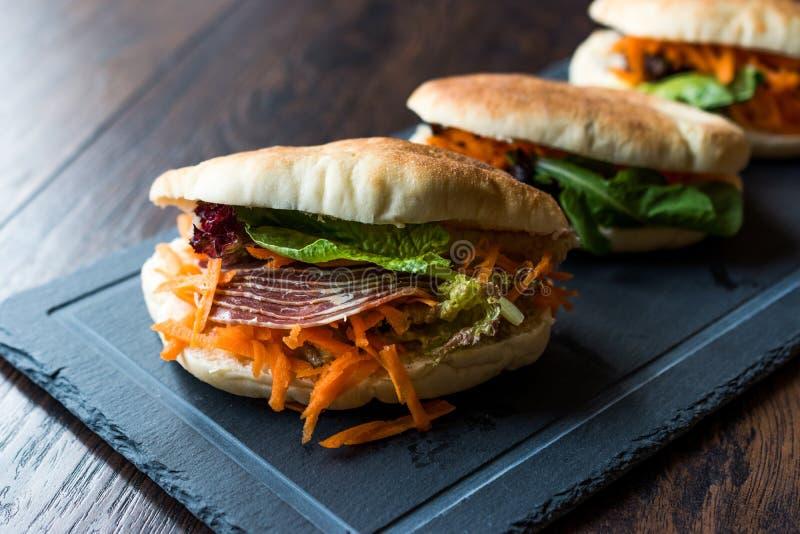 Taiwan ` s Pita Bread Bun Sandwich Gua Bao met Gerookt Bacon, Wortelplakken en Greens van Azië royalty-vrije stock afbeeldingen