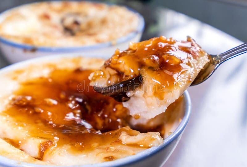 Taiwan-` s unterscheidende berühmte Snäcke: Wohlschmeckendes Reispudding Wa GUI in einer weißen Schüssel auf Steintabelle, Taiwan stockfotografie
