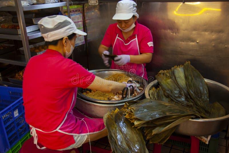 Taiwan, Taipeh, Dragon Boat Festival, S?dtor-Markt, Fleischmehlkl??e machend stockfotos