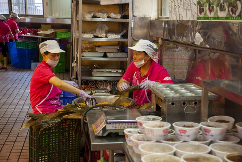 Taiwan, Taipeh, Dragon Boat Festival, S?dtor-Markt, Fleischmehlkl??e machend stockbild