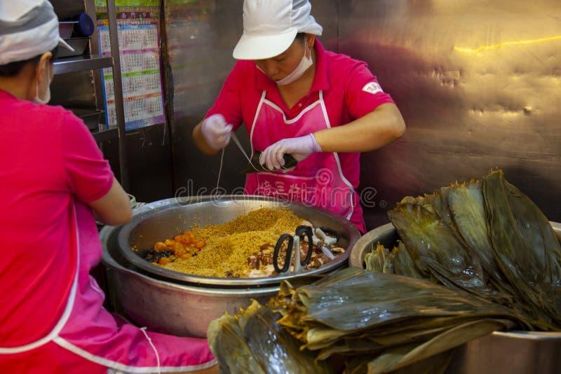 Taiwan, Taipeh, Dragon Boat Festival, S?dtor-Markt, Fleischmehlkl??e machend lizenzfreie stockfotos