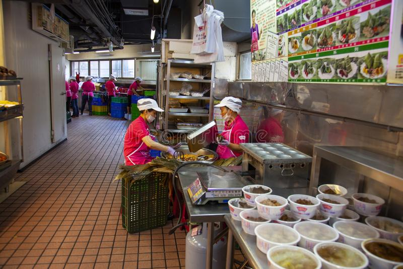 Taiwan, Taipeh, Dragon Boat Festival, S?dtor-Markt, Fleischmehlkl??e machend lizenzfreies stockfoto
