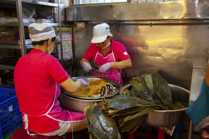 Taiwan, Taipeh, Dragon Boat Festival, S?dtor-Markt, Fleischmehlkl??e machend lizenzfreies stockbild