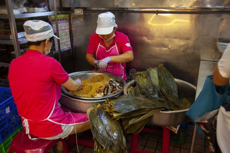 Taiwan, Taipei, Dragon Boat Festival, mercato del sud del portone, producente gli gnocchi della carne fotografia stock