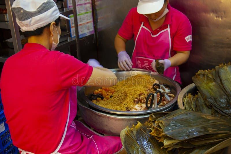 Taiwan, Taipei, Dragon Boat Festival, mercato del sud del portone, producente gli gnocchi della carne fotografie stock