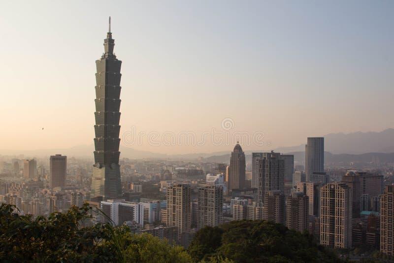 Taiwan Taipei 101 på skymning royaltyfria foton