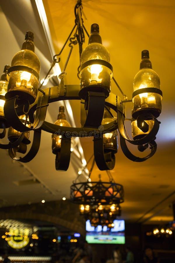 Taiwan, Taipei, ristorante europeo, retro candelieri splendidi, fotografie stock