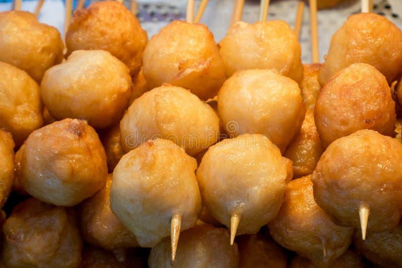 Taiwanese gebraden vissenballen op stok bij de markt van de voedselstraat in Taipeh, Taiwan stock afbeelding