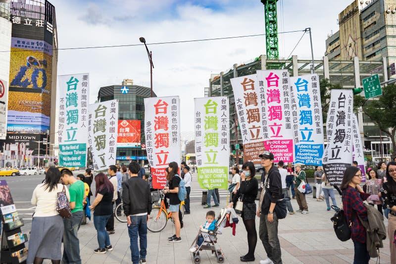 Taiwanese protesteerder met vlaggen en affiche stock foto's