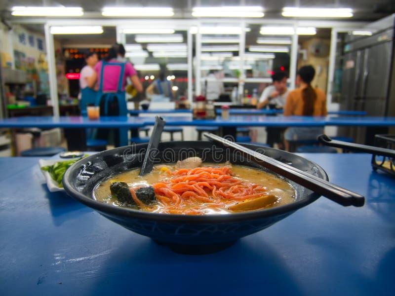 Taiwanesische Tomate Ramen-Nudelsuppe in der schwarzen Schüssel stockfotografie