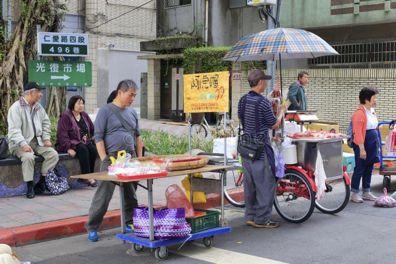 Taiwanesiska försäljare som säljer livsmedel på vägrenstallen royaltyfri fotografi