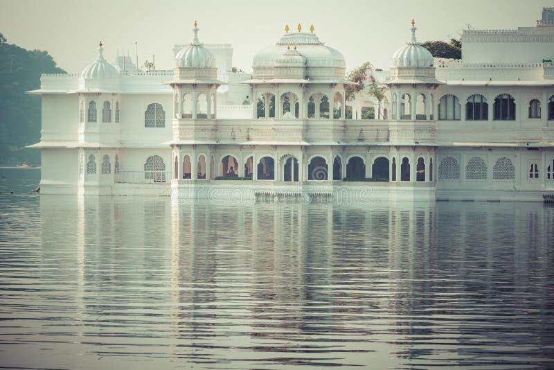 Taj湖的Pichola湖宫殿在乌代浦,拉贾斯坦,印度 免版税库存图片