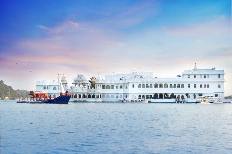 Taj Lake Palace mitt av sjön Pichola Udaipur royaltyfri fotografi