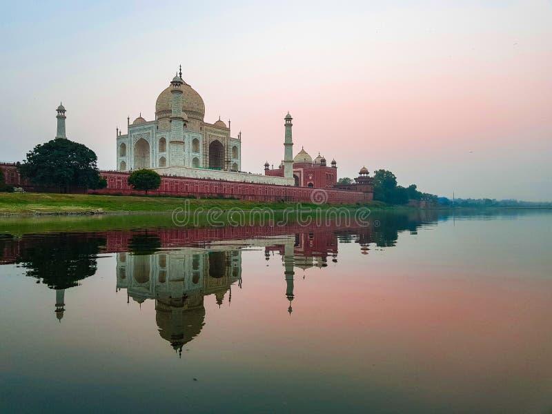 Taj Mahal που αντιμετωπίζεται από το Ghats του ποταμού Yamuna στοκ εικόνα