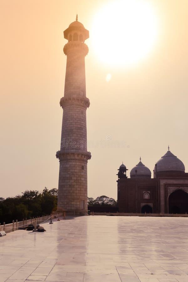 Taj Mahal, Agra, enero de 2019: Uno de los cuatro alminares de los pilares de Taj Mahal un edificio perfectamente simétrico alred imágenes de archivo libres de regalías
