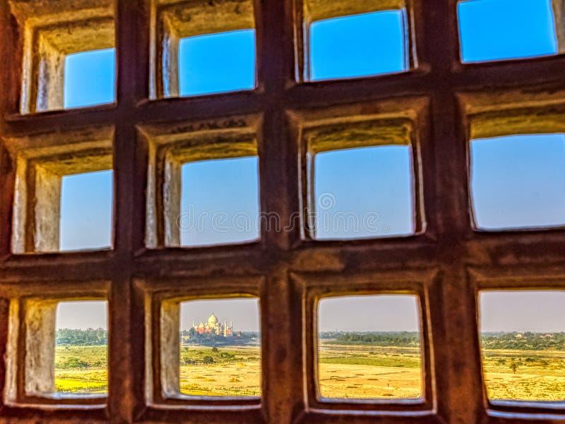 Taj Mahal bak stänger - panoramautsikt av fält med Taj Mahal i bakgrund från Agra det röda fortet arkivfoton
