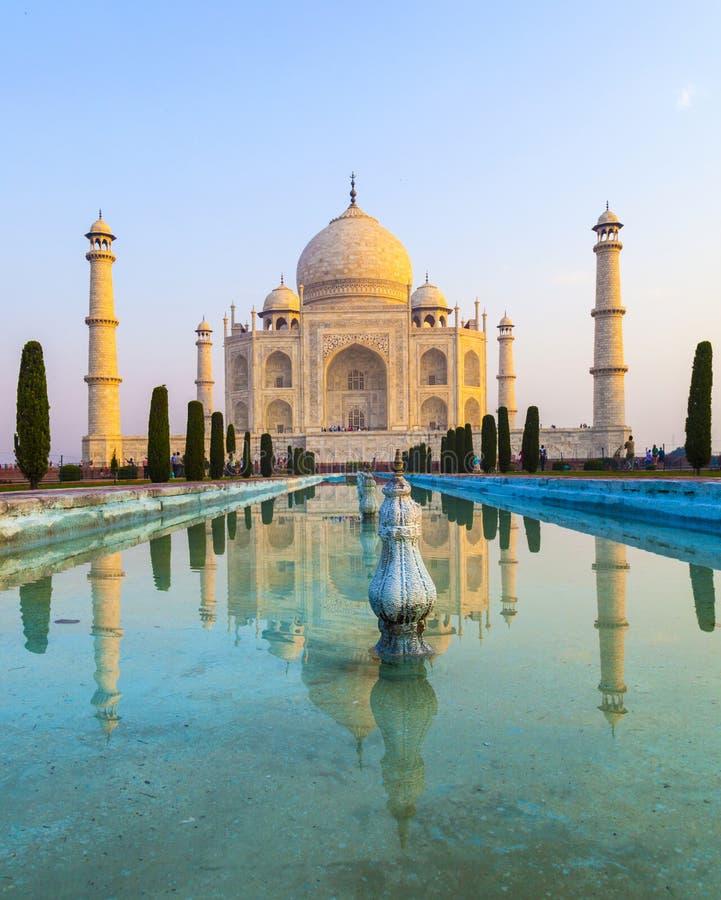 Taj Mahal dans la lumi?re de lever de soleil, ?gr? images stock