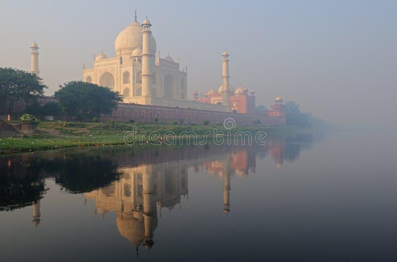 Taj Mahal in de mist stock afbeelding