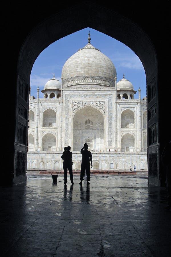 Taj Mahal durch einen Bogen 2 stockfotos