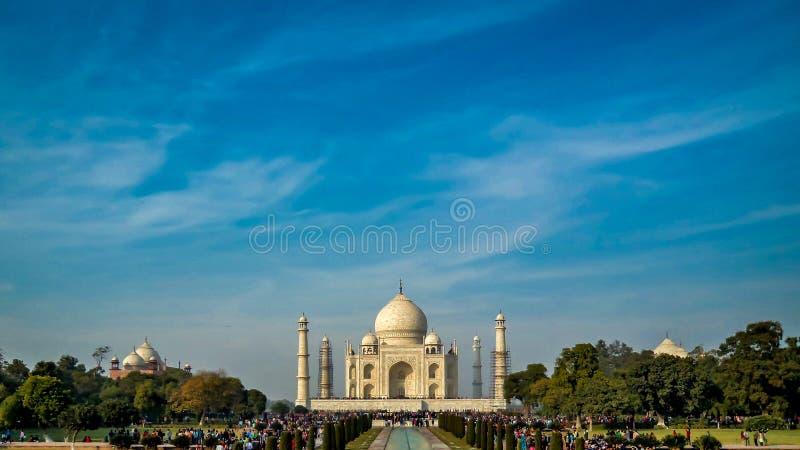 Taj Mahal is een ivoor-wit marmeren mausoleum op de zuidenbank van de Yamuna-rivier royalty-vrije stock foto