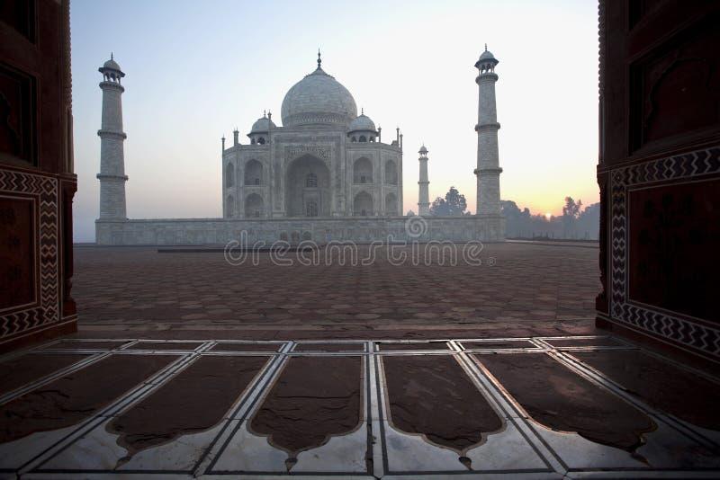Taj Mahal em Agra, Índia no amanhecer fotos de stock
