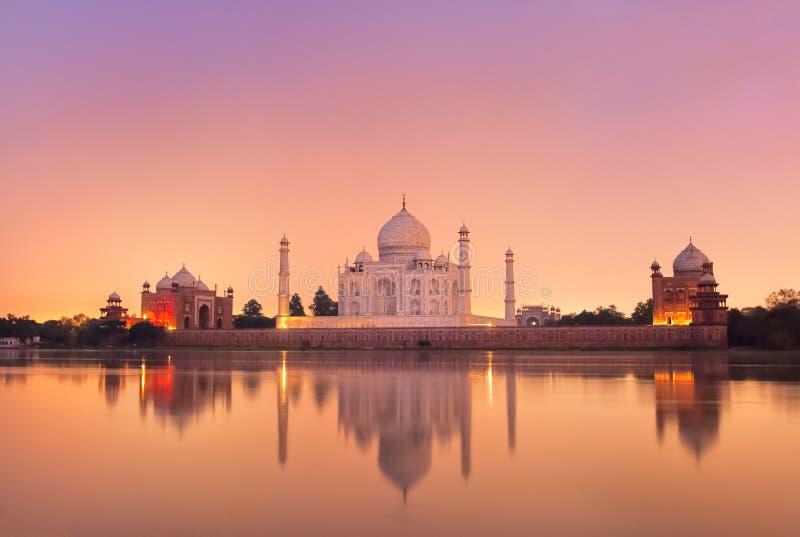Taj Mahal en Agra, la India en puesta del sol fotos de archivo