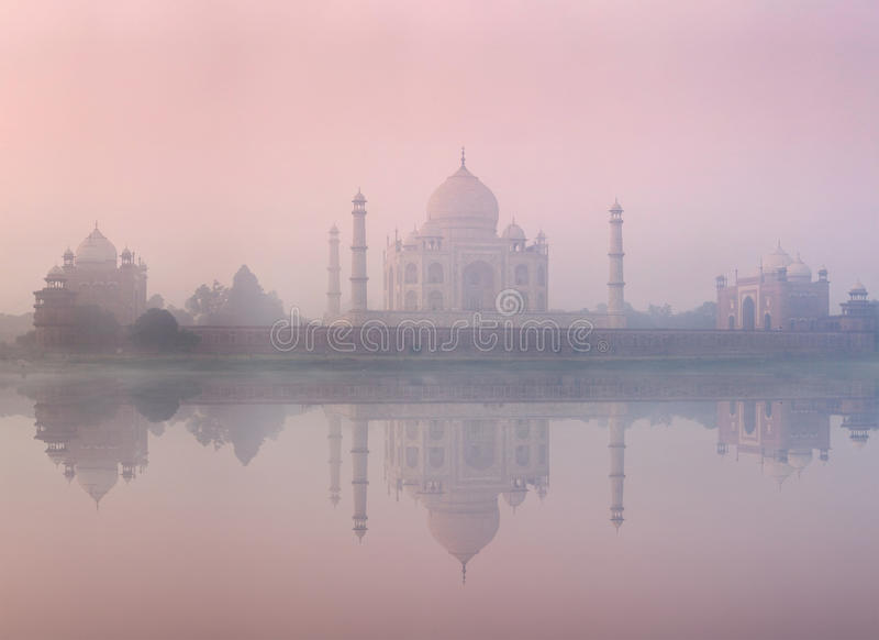 Taj Mahal en puesta del sol de la salida del sol, Agra, la India imagen de archivo