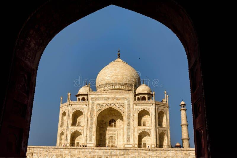 Taj Mahal a encadré dans une voûte, voyage à l'Inde photo libre de droits