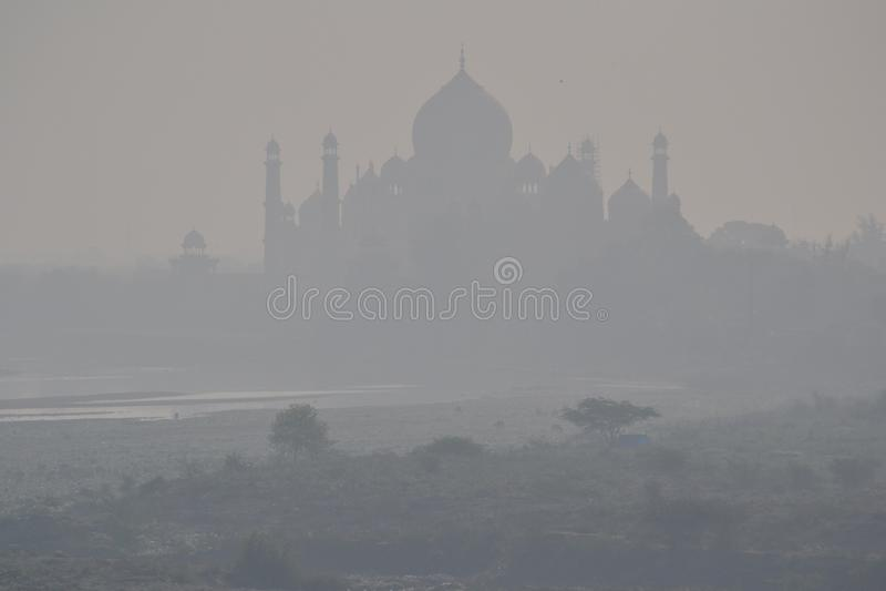 Taj Mahal im Nebel stockfotografie