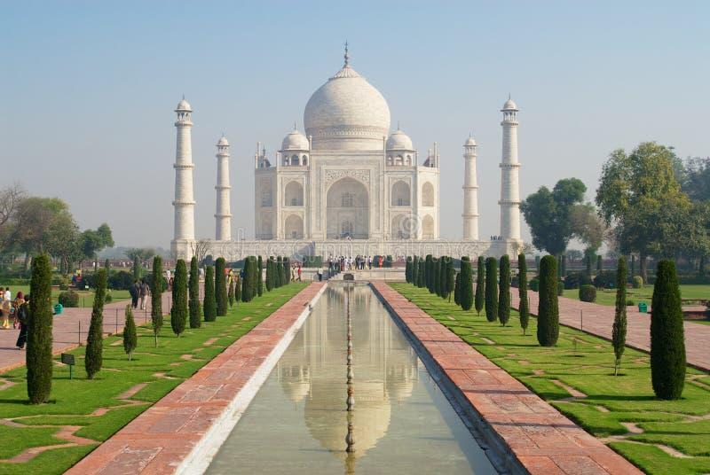 Taj Mahal-Mausoleum mit Reflexion in einem Teich bei Sonnenaufgang in Agra, Indien stockfoto