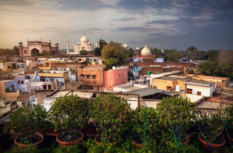 Taj Mahal-mening van dakrestaurant in India stock foto's