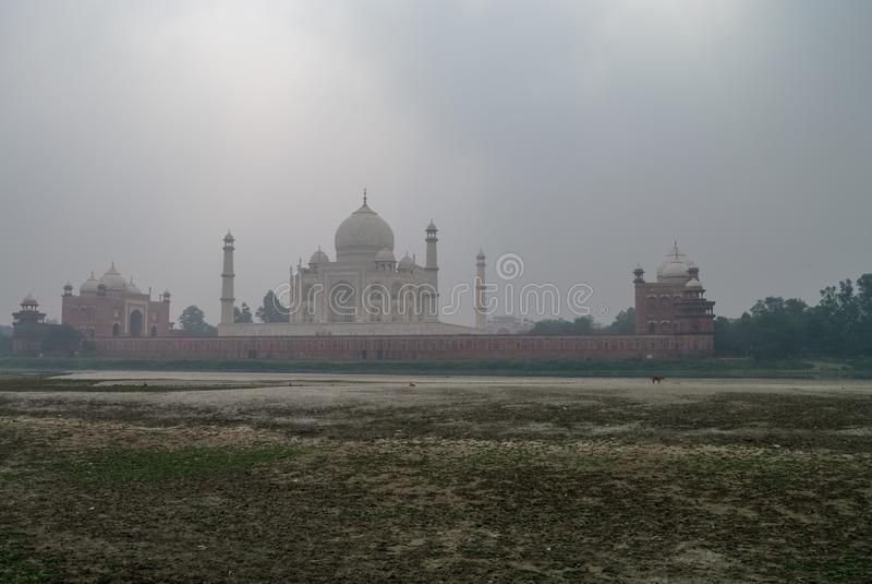 Taj Mahal och Yamuna flodsikt i morgondimma från Mehtab Bagh eller månskenträdgården, Agra arkivfoto