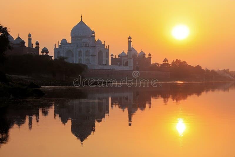 Taj Mahal odbijał w Yamuna rzece przy zmierzchem w Agra, India fotografia stock