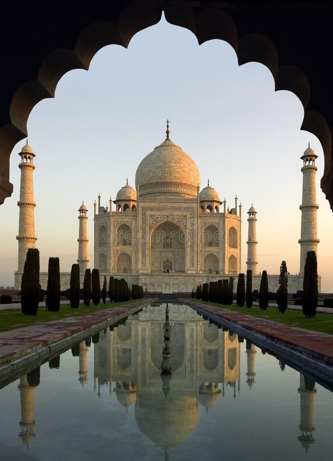 Taj Mahal på gryning - Agra - Indien royaltyfri foto